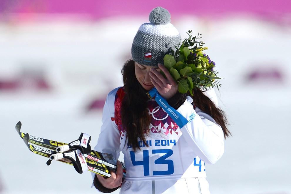 13. ROSJA, Krasna Polana, 13 lutego 2014: Justyna Kowalczyk w trakcie ceremonii kwiatowej po zwycięstwie w wyścigu na dystansie 10 kilometrów. AFP PHOTO / KIRILL   KUDRYAVTSEV