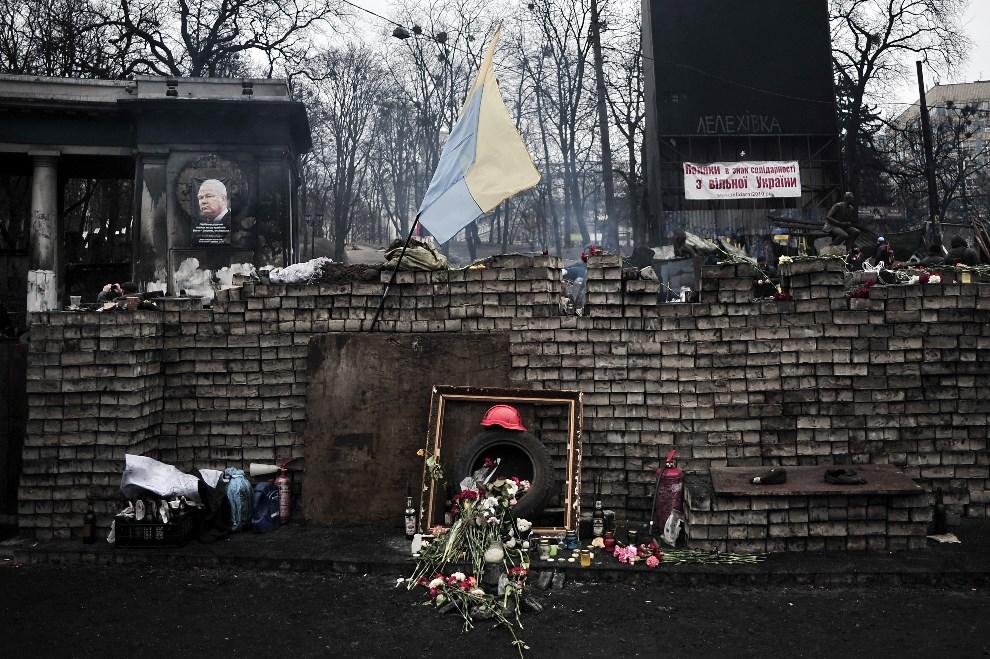 13.UKRAINA, Kijów, 25 lutego 2014: Tymczasowy pomnik upamiętniający ofiary walk na Majdanie. AFP PHOTO/ LOUISA GOULIAMAKI