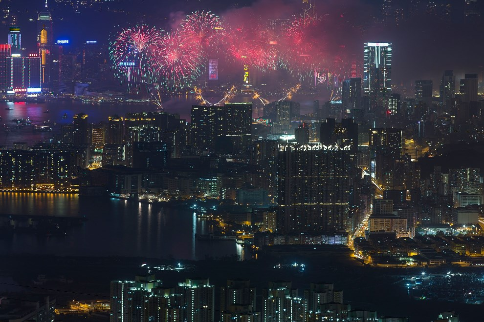 13.CHINY, Hongkong, 31 stycznia 2014: Sztuczne ognie nad Victoria Harbour. (Foto:  Lam Yik Fei/Getty Images)
