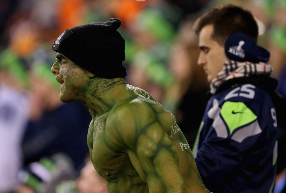 13.USA, East Rutherford, 2 lutego 2014: Jeden z kibiców ucharakteryzowany na podobieństwo Hulka. (Foto: Christian Petersen/Getty Images)