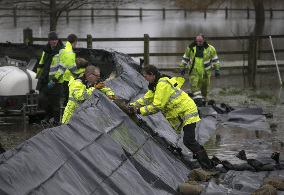 13.WIELKA BRYTANIA, Brdigwater, 6 lutego 2014: Budowa tymczasowych wałów przed napierającą wodą. (Foto: Matt Cardy/Getty Images)