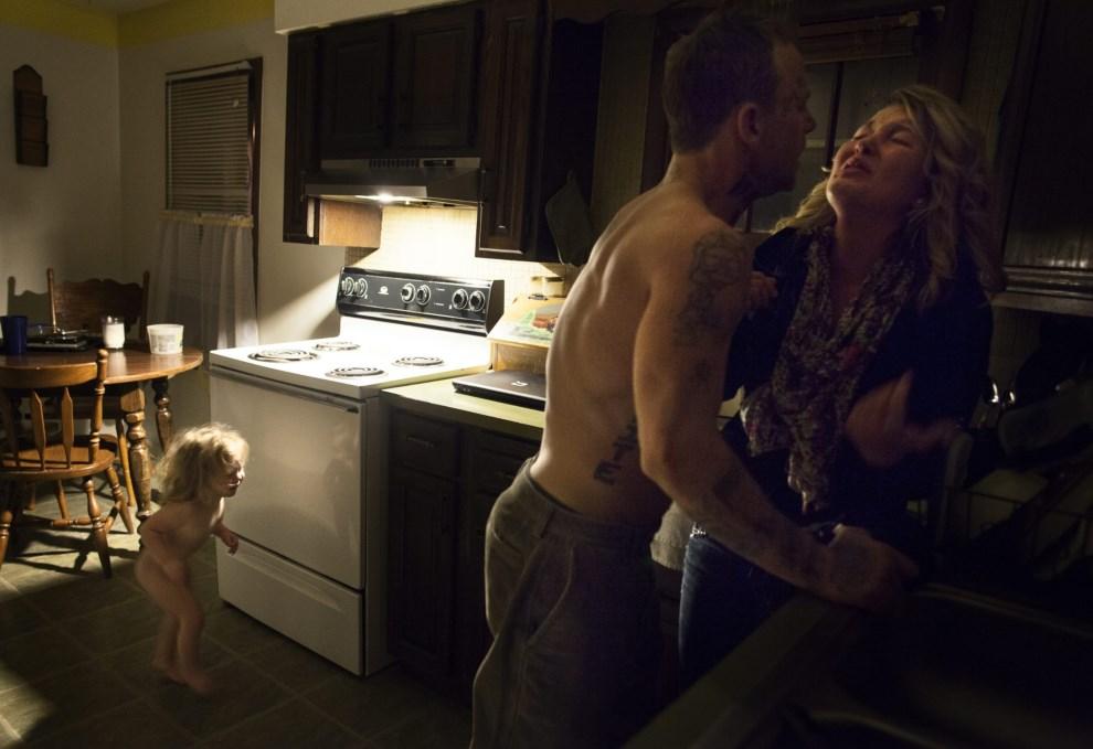13.USA, Lancaster, 17 listopada 2012: Maggie atakowana przez Shane'a – obraz przemocy domowej w Lancaster. EPA/SARA LEWKOWICZ / TIME Dostawca: PAP/EPA.