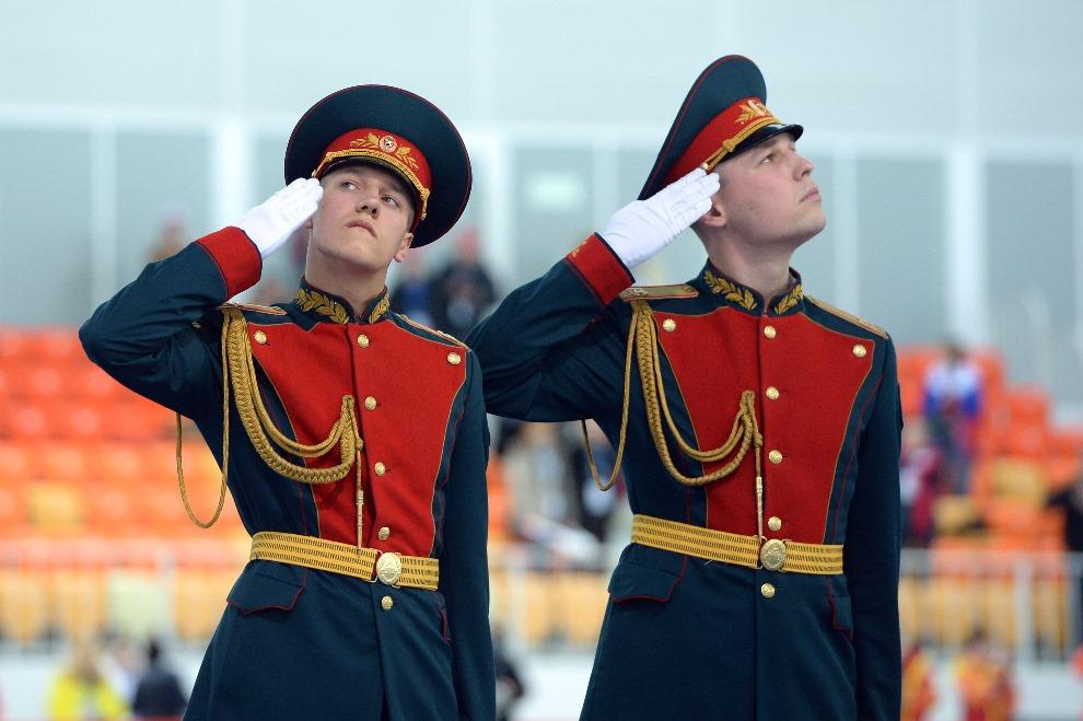 14.ROSJA, Soczi, 22 lutego 2014: Straż honorowa podczas ceremonii medalowej. AFP PHOTO / JUNG YEON-JE