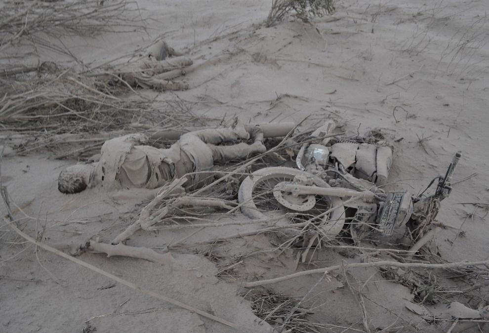 14. INDONESZJA, Karo, 1 lutego 2014: Ciała ofiar erupcji wulkanu Sinabung. AFP PHOTO / Sutanta ADITYA