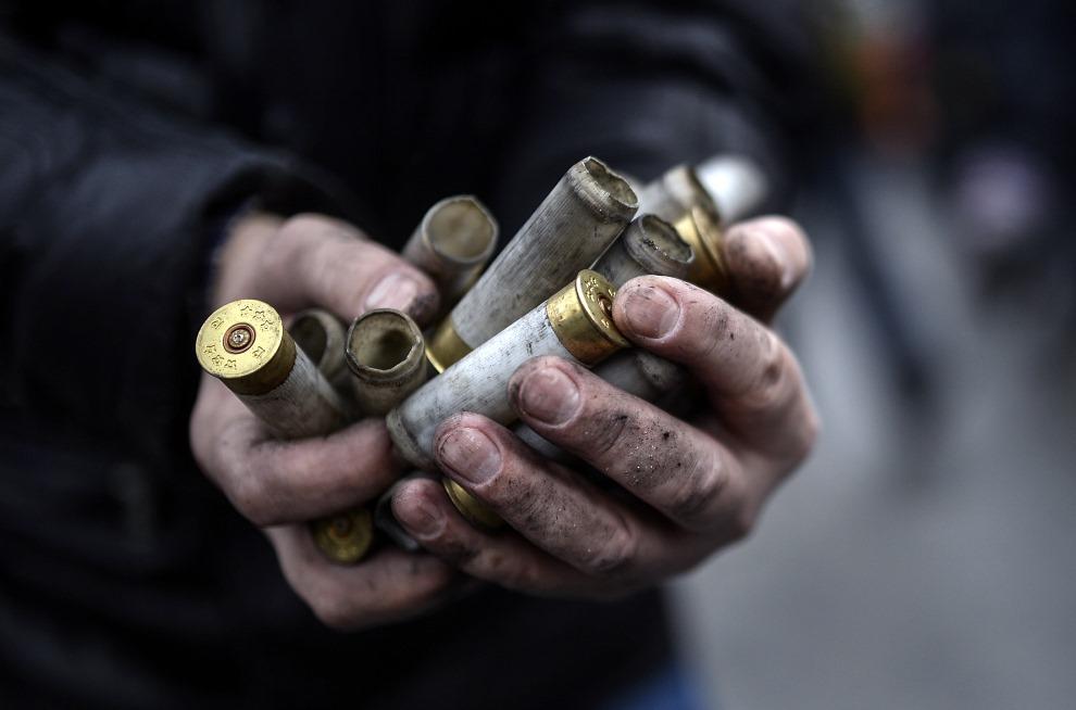 14.UKRAINA, Kijów, 20 lutego 2014: Łuski zebrane na ulicy w Kijowie. AFP PHOTO/ SERGEI SUPINSKY