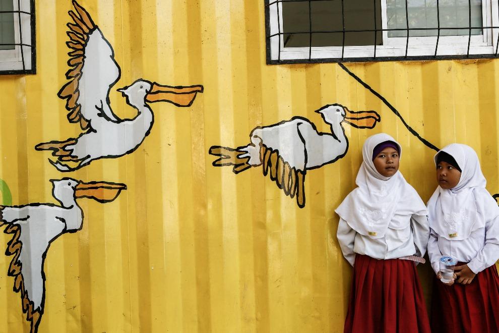 14. INDONEZJA, Depok, 20 lutego 2014: Dzieci podczas przerwy w zajęciach szkolnych. (Foto: Putu Sayoga/Getty Images)