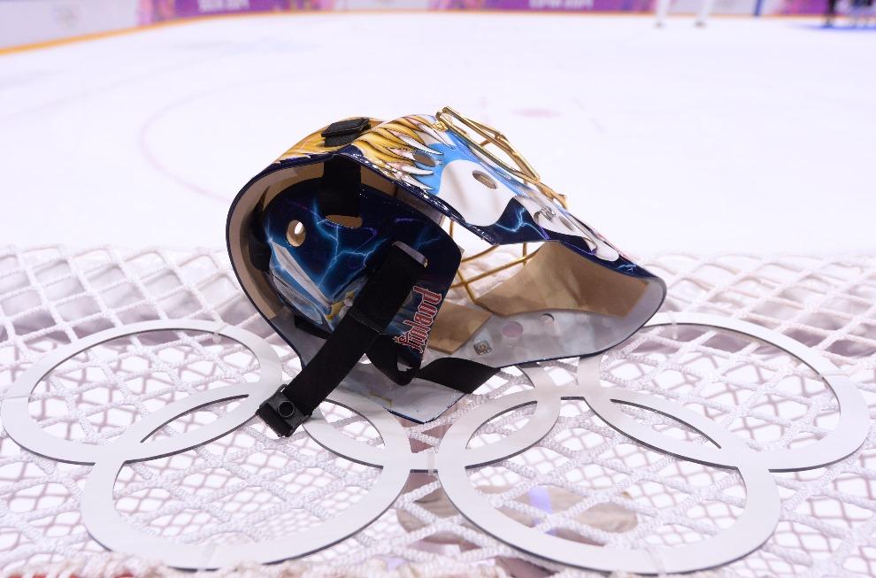 15.ROSJ, Soczi, 22 lutego 2014: Kask bramkarza reprezentacji Finlandii. AFP PHOTO / ANDREJ ISAKOVIC