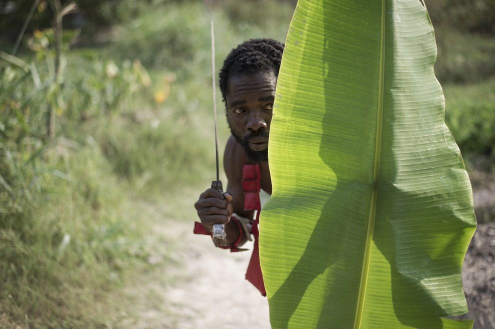 """15.REPUBLIKA ŚRODKOWOAFRYKAŃSKA, Bangui, 23 lutego 2014: Trening członków ugrupowania """"anti-balaka"""" (anty-maczeta). AFP PHOTO / FRED DUFOUR"""