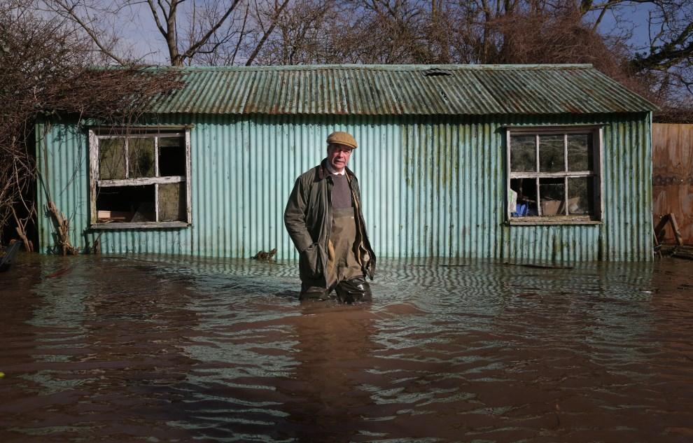15.WIELKA BRYTANIA, Bridgwater, 9 lutego 2014: Przewodniczący UKIP, Nigel Farage, podczas wizyty na zalanych terenach. (Foto: Matt Cardy/Getty Images)