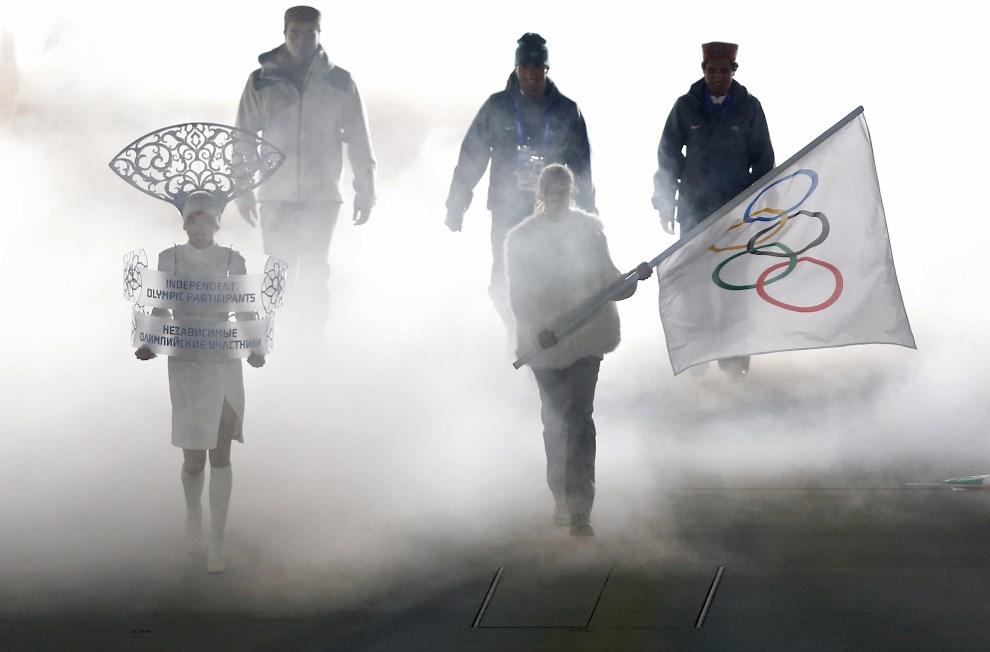 15.ROSJA, Soczi, 7 lutego 2014: Niezależni Sportowcy Olimpijscy, Himanshu Thakur (po prawej), Nadeem Iqbal (w środku) i Shiva Keshavan (po lewej), podczas  uroczystości otwarcia. AFP PHOTO / ADRIAN DENNIS