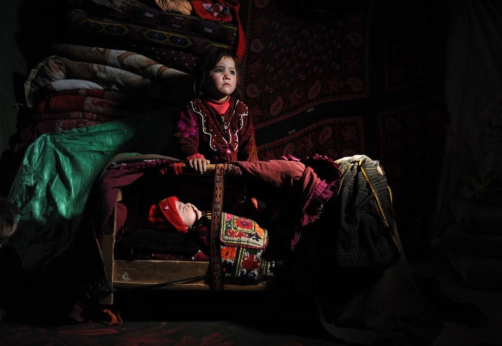 16.AFGANISTAN, Mazar-i-Sharif, 10 lutego 2014: Dzieci mieszkające w obozie dla uchodźców. AFP PHOTO/ Farshad Usyan