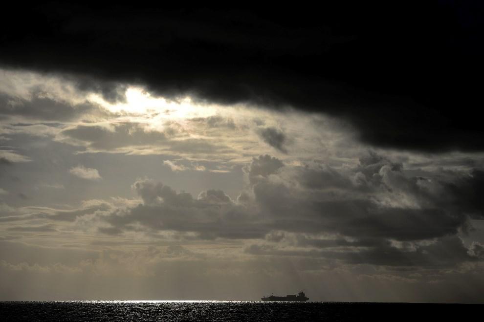 16. WŁOCHA, Gioia Tauro, 4 lutego 2014: Jednostka przewożąca broń chemiczną z Syrii (przeznaczoną do zniszczenia), czeka na redzie w Gioia Tauro. AFP PHOTO /   Filippo MONTEFORTE