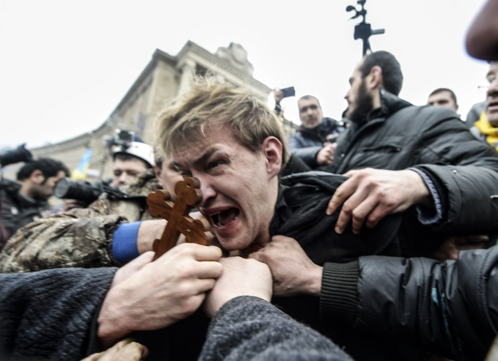 16.UKRAINA, Kijów, 22 lutego 2014: Domniemany snajper zatrzymany przez protestujących. AFP PHOTO / BULENT KILIC