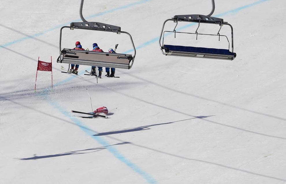 16. ROSJA, Krasna Polana, 15 lutego 2014: Upadek Dominique Gisin (Szwajcaria) na Super-G. AFP PHOTO / JAVIER SORIANO