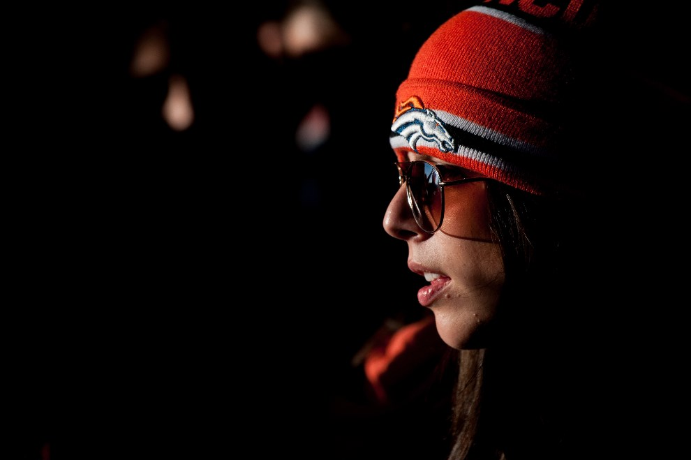 16.USA, Denver, 2 lutego 2014: Kibicka Denver Broncos ogląda trwające spotkanie. (Foto: Dustin Bradford/Getty Images)