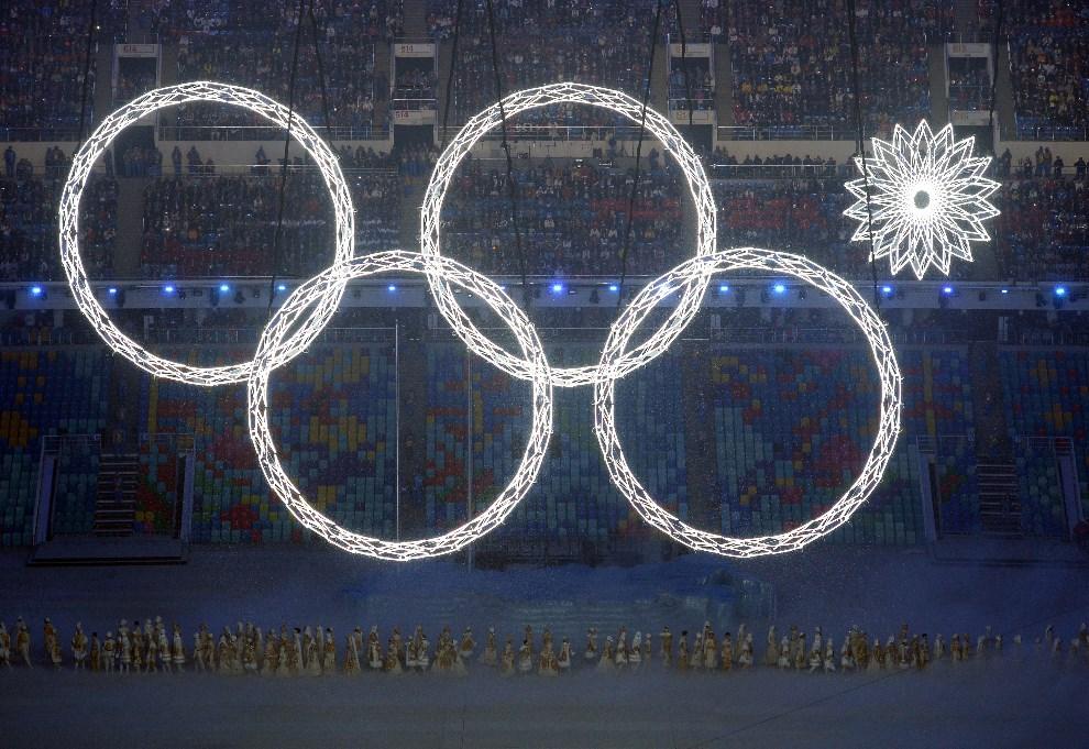 17.ROSJA, Soczi, 7 lutego 2014: 4 koła Olimpijskie rozświetlone nad stadionem. AFP PHOTO / YURI KADOBNOV