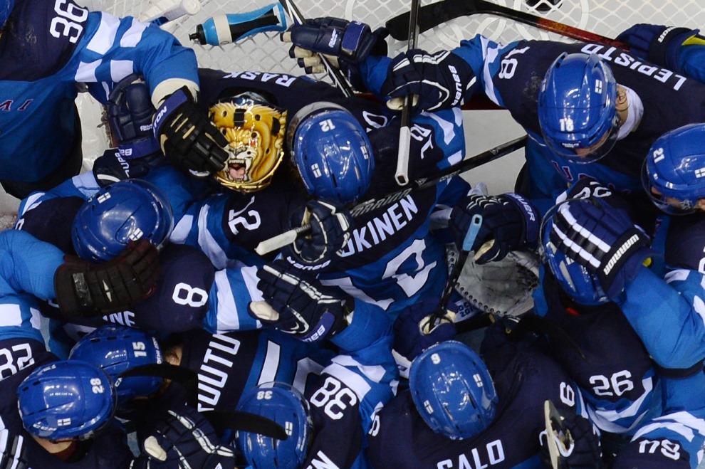 17.ROSJA, Soczi, 19 lutego 2014: Finowie cieszą się z pokonania reprezentacji Rosji. AFP PHOTO / ALEXANDER NEMENOV