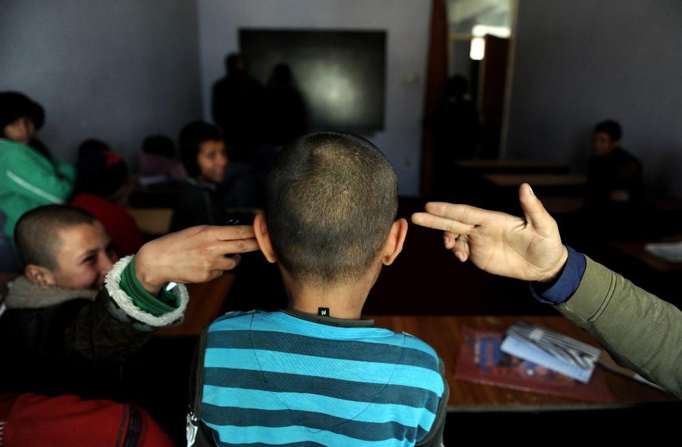 17.AFGANISTAN, Mazar-i-Sharif, 9 lutego 2014: Chłopcy z sierocińca w  Mazar-i-Sharif. AFP PHOTO/ Farshad Usyan
