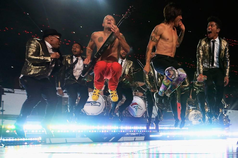 17.USA, East Rutherford, 2 lutego 2014: Bruno Mars i Red Hot Chili Peppers występują w przerwie meczu. (Foto: Jamie Squire/Getty Images)