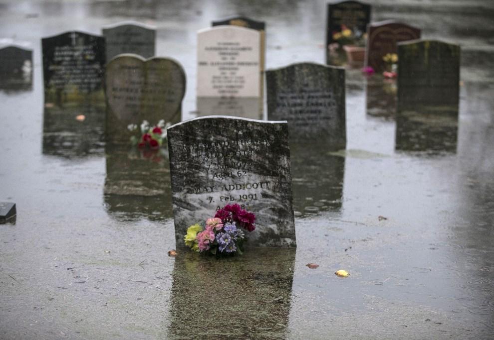 17.WIELKA BRYTANIA, Bridgwater, 6 lutego 2014: Zalany przez powódź cmentarz w Bridgwater. (Foto: Matt Cardy/Getty Images)