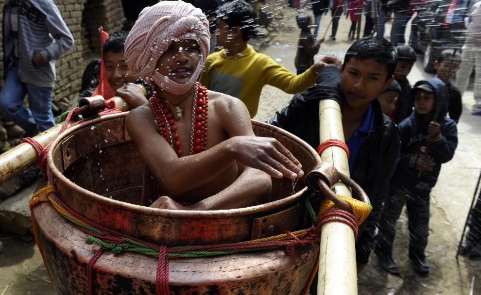 18.NEPAL, Thecho, 11 lutego 2014: Procesja religijna podczas święta Madhav Narayan. AFP PHOTO/Prakash MATHEMA