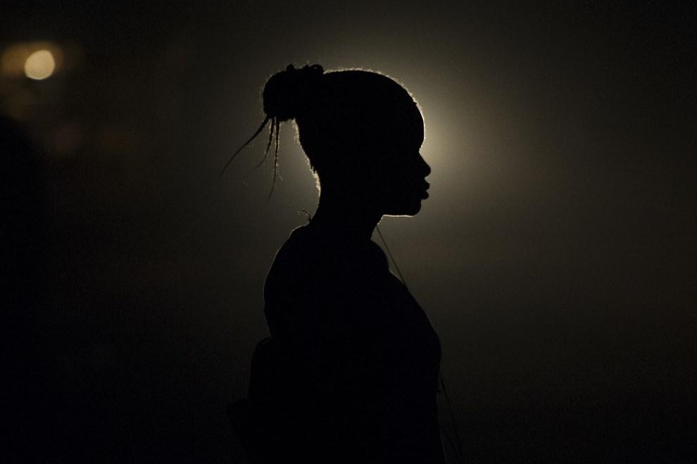 18.AFRYKA ŚRODKOWOAFRYKAŃSKA, Bangui, 20 lutego 2014: Kobieta mieszkająca w obozie dla uchodźców. AFP PHOTO / FRED DUFOUR