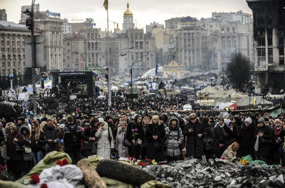 18.UKRAINA, Kijów, 51 lutego 2014: Ludzie odwiedzający Plan Niepodległości. AFP PHOTO/BULENT KILIC