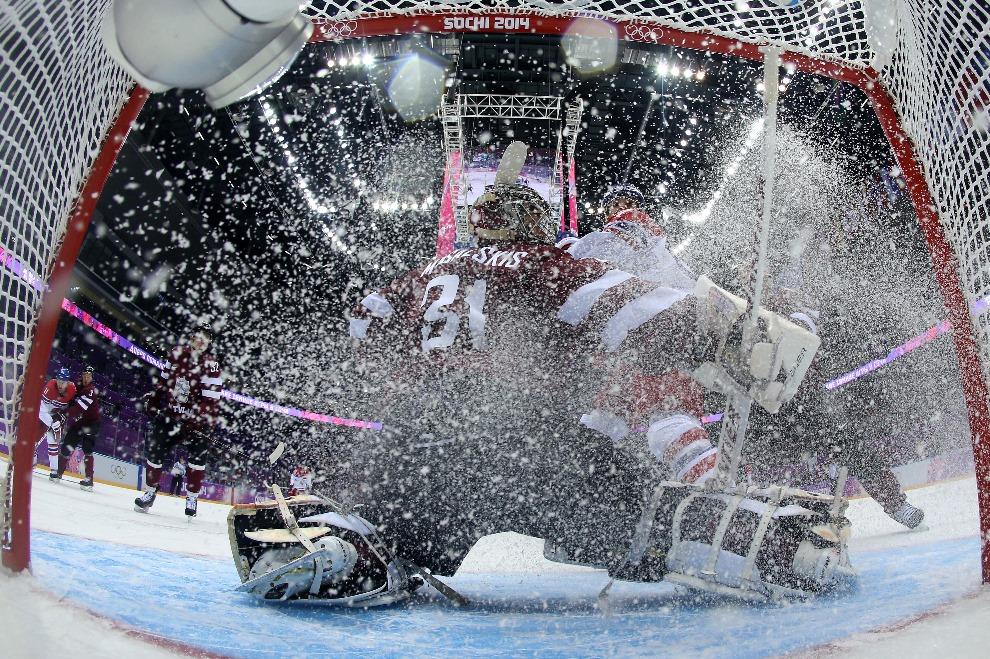 18. ROSJA, Soczi, 14 lutego 2014: Litewski bramkarz Edgars Masalskis broni bramki w meczu z Czechami. AFP PHOTO POOL / MARTIN ROSE