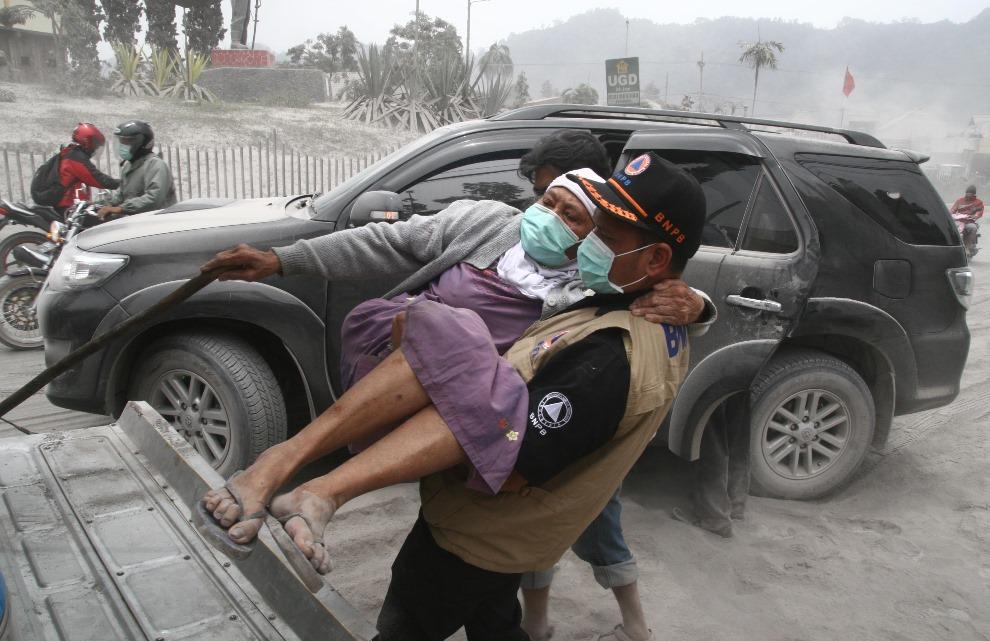 18. INDONEZJA, Malang, 15 lutego 2014: Ewakuacja osób zagrożonych przez erupcję wulkanu. AFP PHOTO / Aman ROCHMAN