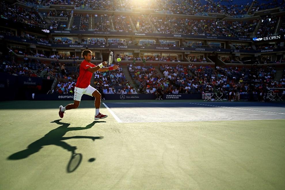 18.USA, Nowy Jork, 3 września 2013: Novak Djokovic w trakcie meczu z Marcelem Granollers, podczas US Open.  (Foto: Al Bello/Getty Images)