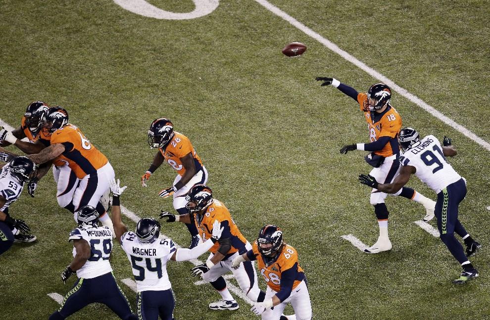 18.USA, East Rutherford, 2 lutego 2014: Peyton Manning podaje piłkę do jednego z zawodników drużyny z Denver. (Foto: Win McNamee/Getty Images)