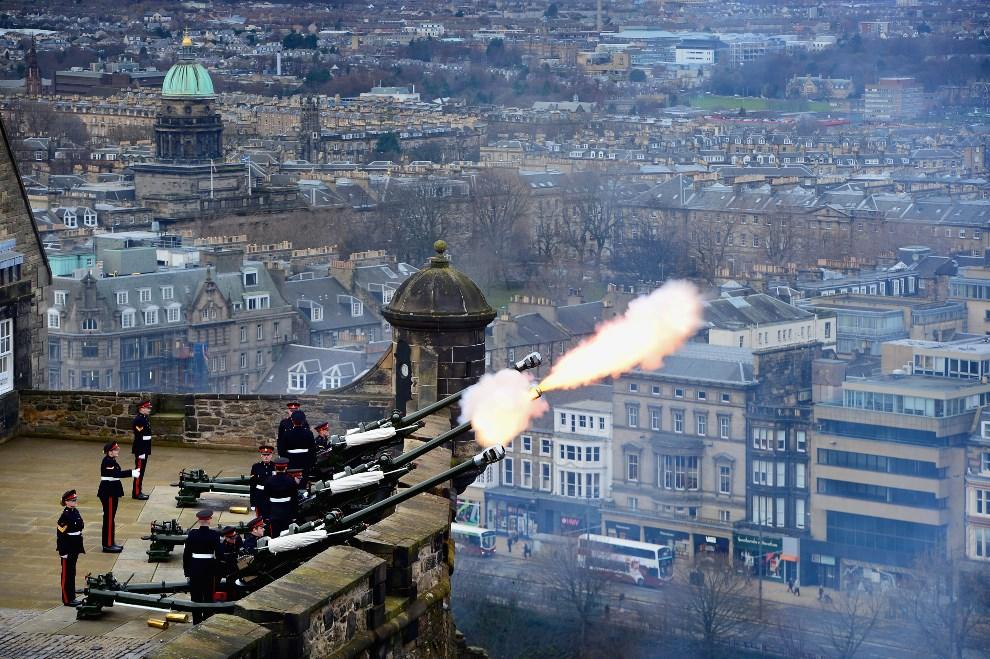 18. WIELKA BRYTANIA, Edynburg, 6 lutego 2014: Salwa honorowa z okazji roczni intronizacji Elżbiety II. (Foto: Jeff J Mitchell/Getty Images)