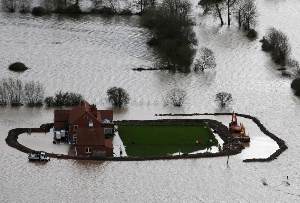 18.WIELKA BRYTANIA, Bridgwater, 10 lutego 2014: Budowa umocnień wokół jednego z zalewanych gospodarstw. (Foto: Matt Cardy/Getty Images)