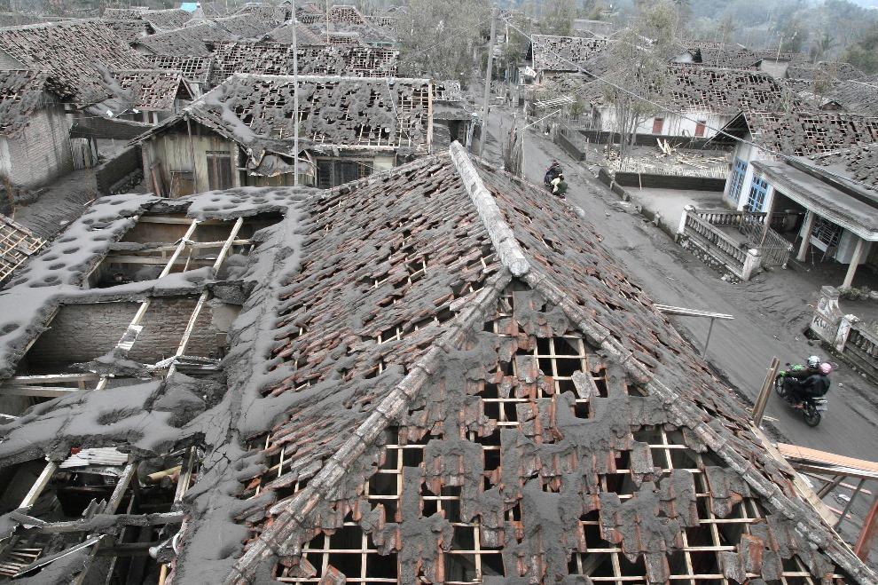 19. INDONEZJA, Malang, 17 lutego 2014: Domy zniszczone przez opadający pył wulkaniczny. AFP PHOTO/AMAN ROCHMAN