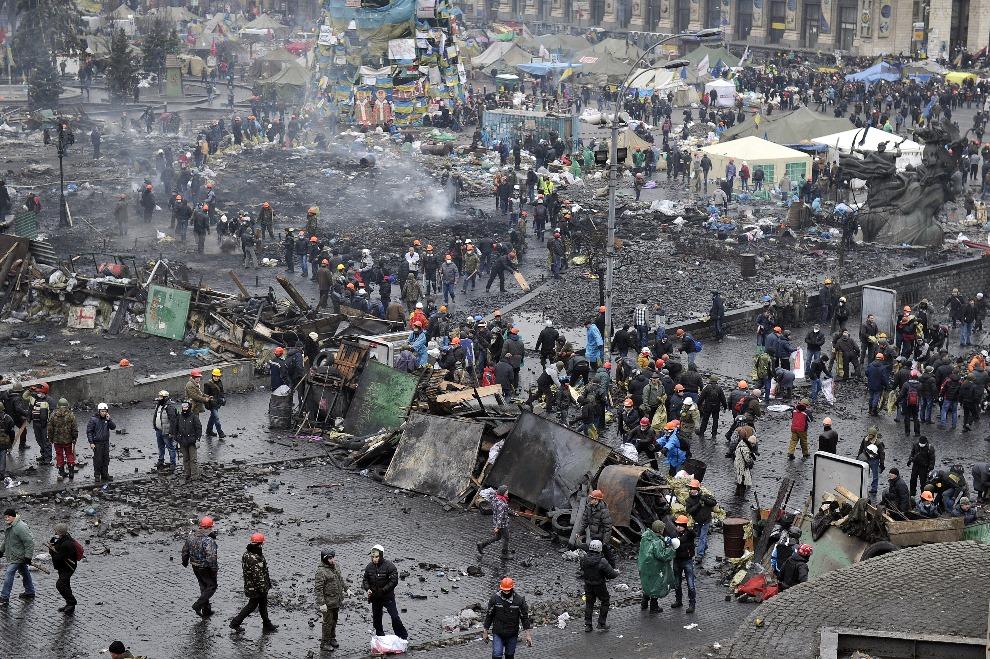 19.UKRAINA, Kijów, 20 lutego 2014: Budowa barykady w centrum miasta. AFP PHOTO / LOUISA GOULIAMAKI