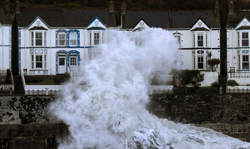 19.WIELKA BRYTANIA, Porthleven, 8 lutego 2014: Fale rozbijające się o brzeg w Porthleven. (Foto: Matt Cardy/Getty Images)