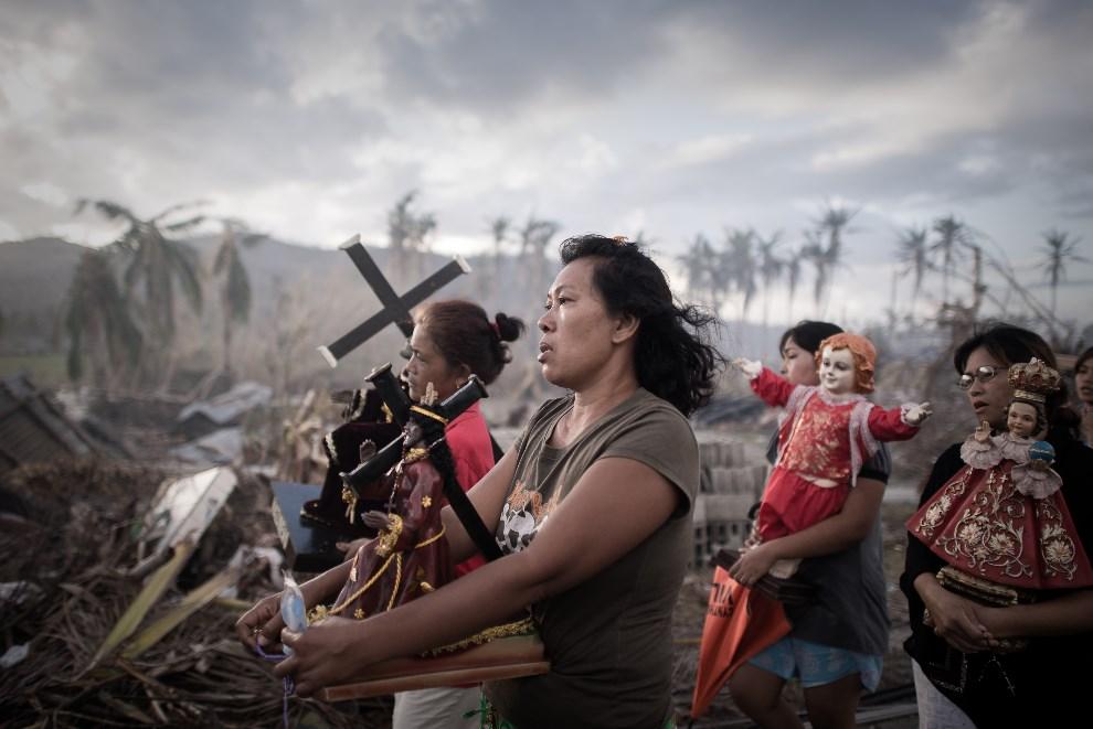 1.FILIPINY, Tolosa/Tacloban, 18 listopada 2013: Procesja religijna po przejściu tajfunu Haiyan. AFP PHOTO / Philippe Lopez