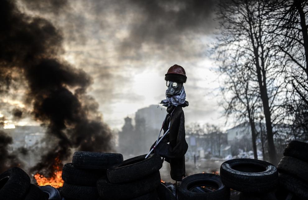 1.UKRAINA, Kijów, 21 lutego 2014: Barykada rozdzielająca protestujących i oddziały milicji. AFP PHOTO / BULENT KILIC