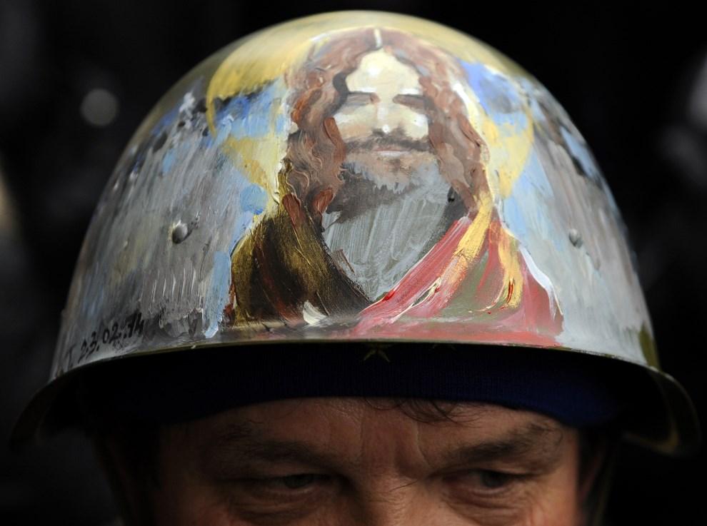 1.UKRAINA, Kijów, 27 lutego 2014: Hełm mężczyzny protestującego na Majdanie. AFP PHOTO / YURIY DYACHYSHYN