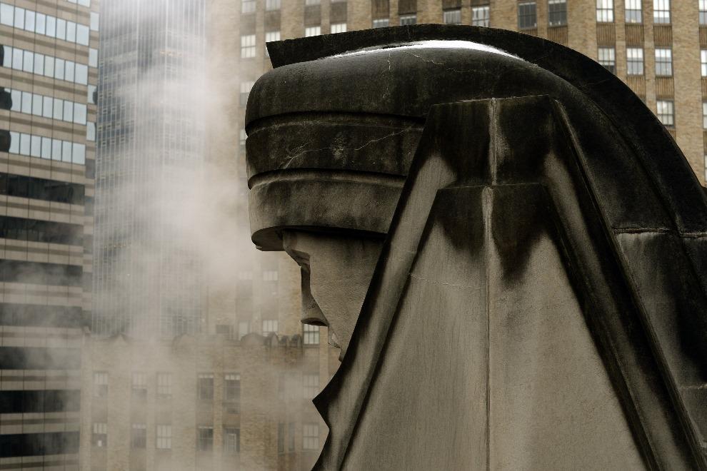 1. USA, Nowy Jork, 19 lutego 2014: Para unosząca się nad ulicą w Manhattanem. FP PHOTO / Timothy CLARY