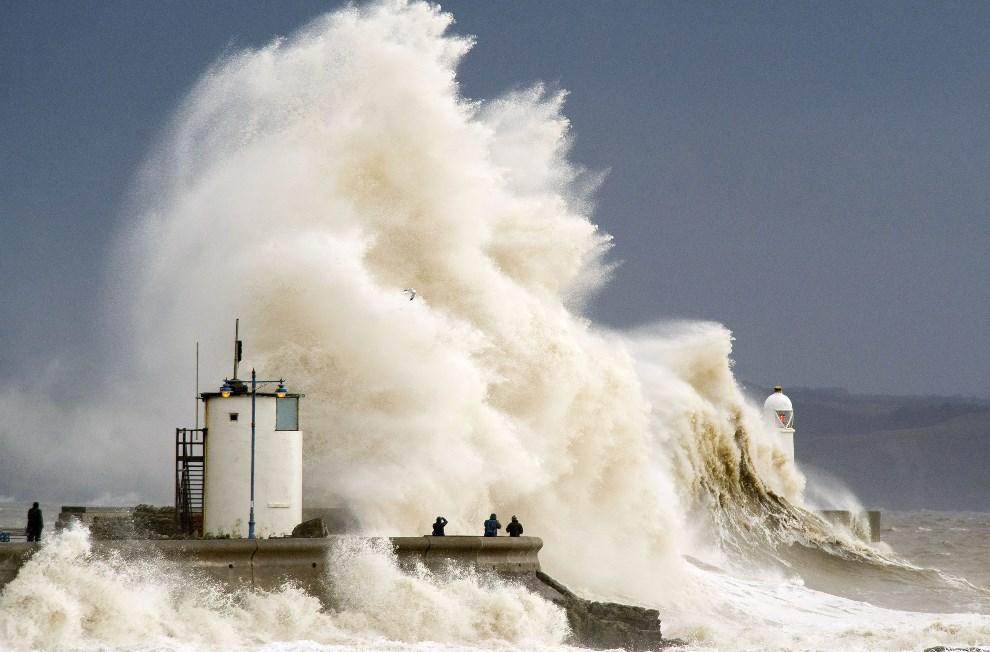 1.WIELKA BRYTANIA, Porthcawl, 5 lutego 2014: Fale morskie rozbijają się o falochron w Porthcawl. (Foto: Matthew Horwood/Getty Images)