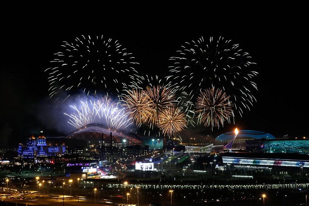 1.ROSJA, Soczi, 7 lutego 2014: Sztuczne ognie nad parkiem Olimpijskim podczas ceremonii otwarcia. (Foto: Joe Scarnici/Getty Images)