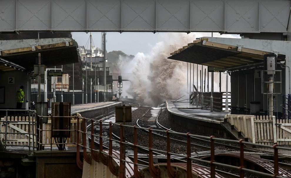 20.WIELKA BRYTANIA, Dawlish, 5 lutego 2014: Fale morskie zalewające stację kolejową. (Foto: Matt Cardy/Getty Images)