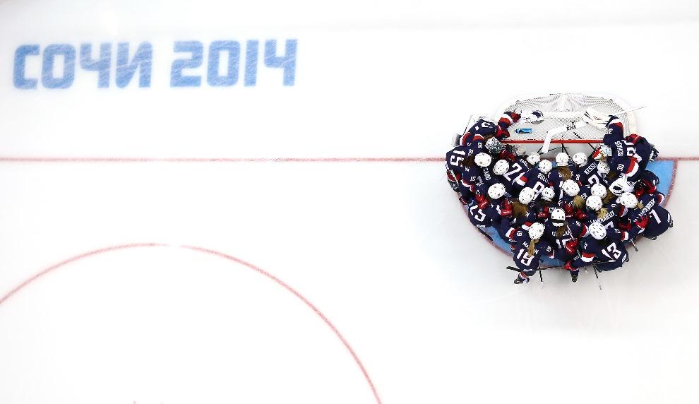 20. ROSJA, Soczi, 8 lutego 2014: Zespół z USA przed rozpoczęciem meczu przeciw Finlandii. (Foto: Bruce Bennett/Getty Images)