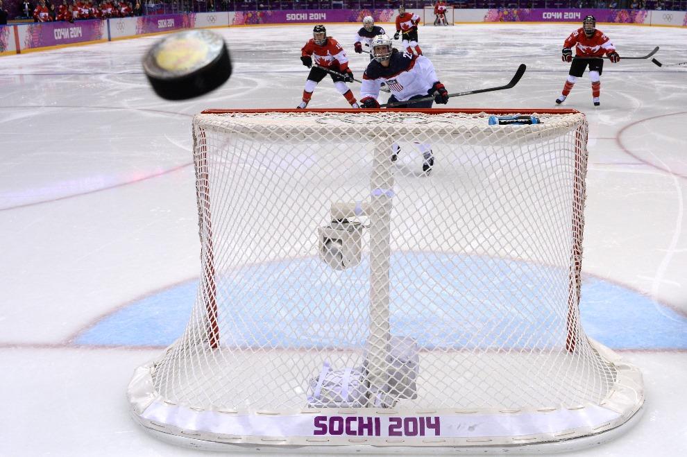 21.ROSJA, Soczi, 20 lutego 2014: Krążek przelatujący nad bramką zespołu z USA. AFP PHOTO / ANTONIN THUILLIER