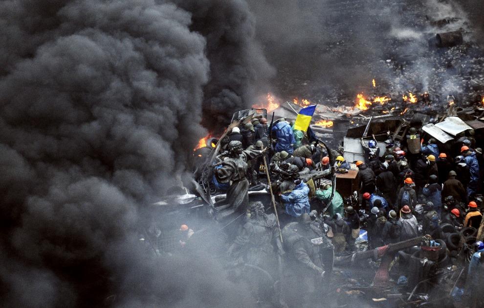 21.UKRAINA, Kijów, 20 lutego 2014: Barykada na pierwszej linii walk. AFP PHOTO/BULENT KILIC