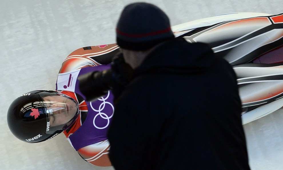 21. ROSJA, Rosa Khutor, 6 lutego 2014:  Kanadyjczyk Sam Edney podczas treningu na torze saneczkowym. AFP PHOTO / LIONEL BONAVENTURE