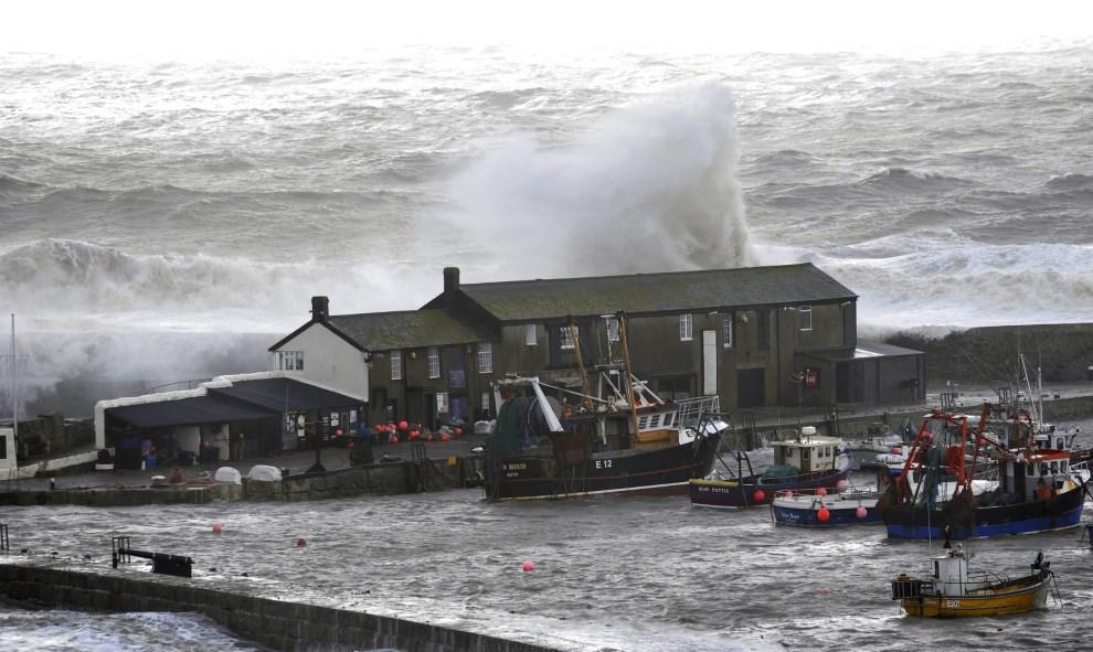 21.WIELKA BRYTANIA, Lyme Regis, 5 lutego 2014: Fale rozbijające się w małym porcie w Lyme Regis. EPA/NEIL MUNNS Dostawca: PAP/EPA.