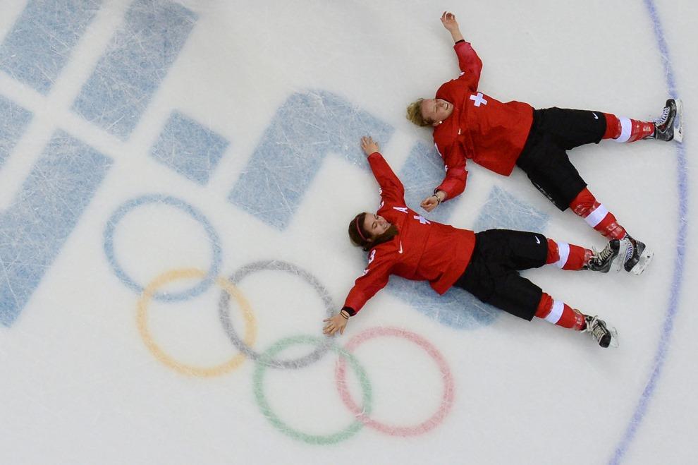 22.ROSJA, Soczi, 20 lutego 2014: Szwajcarki świętują zwycięstwo na tafli lodowiska. AFP PHOTO / JONATHAN NACKSTRAND