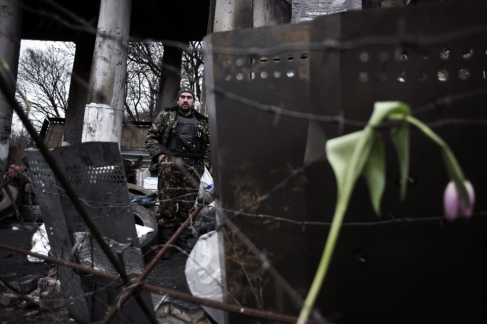 22.UKRAINA, Kijów, 25 lutego 2014: Barykada w centrum miasta. AFP PHOTO/ LOUISA GOULIAMAKI